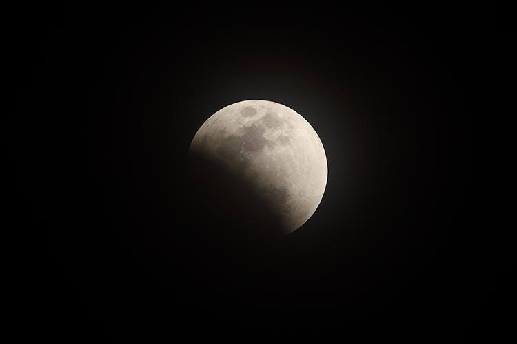 蝕されゆく月