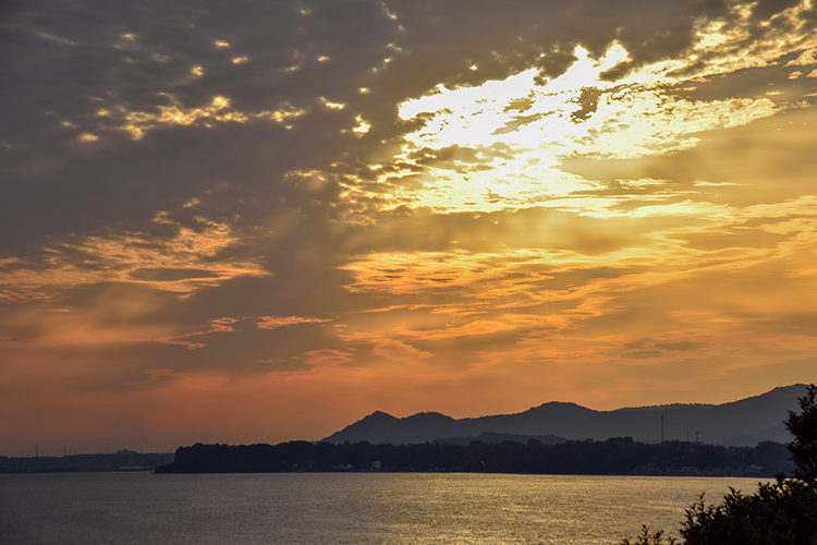 空から射す夕日