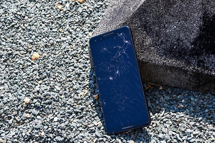 画面が割れたスマートフォン2