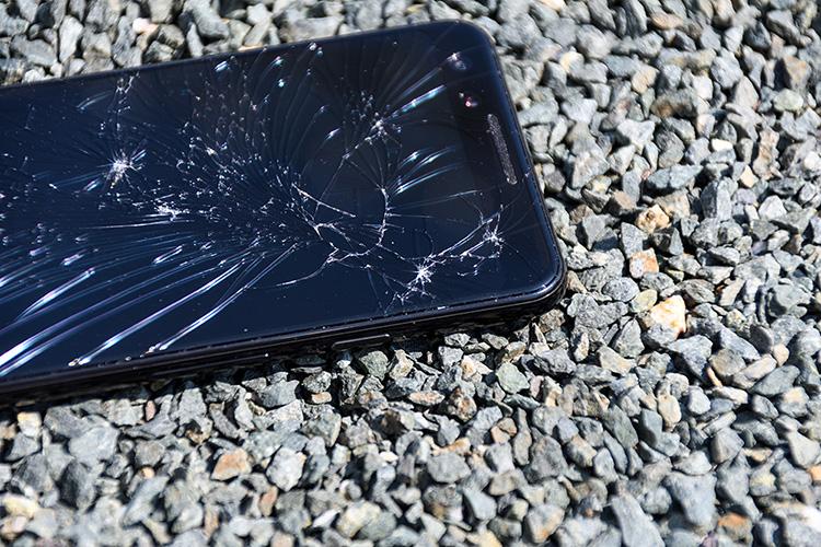 画面が割れたスマートフォン3