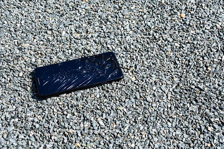 画面が割れたスマートフォン4