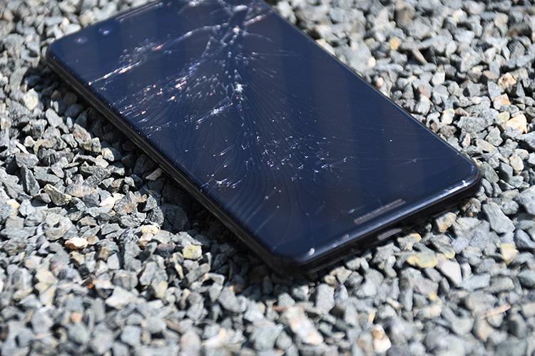 画面が割れたスマートフォン5