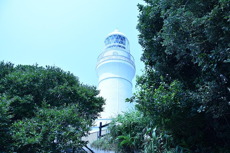 見上げる灯台